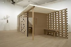 SHIGERU BAN This tea house is made of paper tubes square. The walls are connected by a steel bar and the roof is entirely in paper. The floor and furniture are also of the same profile of square tubes in paper, except table cardboard honeycomb.