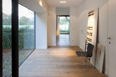 Pour agrandir les volumes de cette habitation, l'architecte Egide Meertens a choisi de mettre en valeur son architecture d'origine.