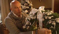 Zelf een kerstkrans maken van echt groen, wit gedecoreerd.