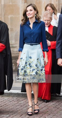 From sleek shift dresses to beautiful evening gowns, see how Queen Letizia of Spain has embraced a modern approach to royal dressing. Vintage Style Dresses, Elegant Dresses, Work Fashion, Fashion Design, Fashion Fashion, Lolita Fashion, Fashion Boots, Street Fashion, Beautiful Evening Gowns