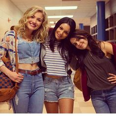 Love Skyler Samuels's (Jess) outfits in the Duff!
