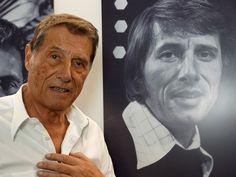 Udo Jürgens staat naast afbeelding zijn portret van een jongere leeftijd.