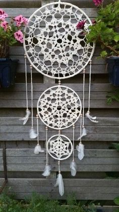 A free crochet pattern from a Dreamcatcher. Read more about this dream catcher's crochet chart at Crochetinformation and also crochet a dream catcher! Crochet Home, Crochet Crafts, Crochet Projects, Free Crochet, Motif Mandala Crochet, Crochet Doilies, Crochet Patterns, Dreamcatcher Crochet, Dreamcatchers Diy