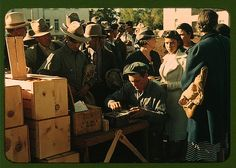 Lee, Russell,, 1903-1986,, photographer. Distributing surplus commodities, St. Johns, Ariz. 1940 Oct. Title from FSA or OWI agency caption.