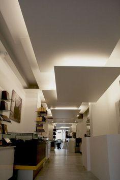 couloir moderne avec faux plafond et luminaires LED