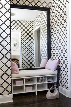 papier peint de couloir, petite banquette avec rangement et grand miroir