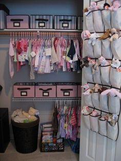 """Une astuce """"pas cher"""" pour aménager et ranger facilement la chambre de bébé : utiliser un range-chaussures à suspendre à la porte pour organiser les peluches et les doudous !"""