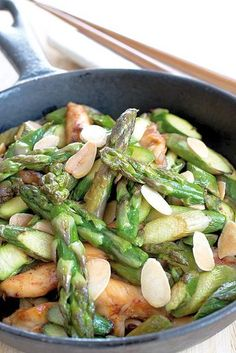 Wok of green asparagus with chicken and grilled almonds Wok Recipes, Asian Recipes, Healthy Recipes, Healthy Food, Clean Eating, Salty Foods, Woks, Easy Cooking, No Cook Meals