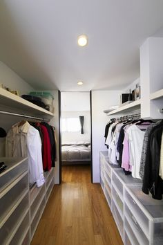 Walk In Closet Ideas - Seeking some fresh ideas to redesign your closet? See our gallery of leading high-end walk in closet layout ideas as well as photos. Closet Colors, Closet Layout, Closet Behind Bed, Walk In Closet, Closet Storage, Closet Organization, Home Design Diy, House Design, Closet Renovation