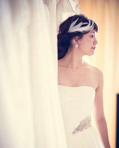 アーネラクロージングのオシャレな花嫁様 フェザーのヘッドドレスとラインストーンのイヤリングでナチュラルで可憐なコーディネート