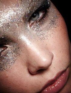 Máscara de glitter prata - maquiagem para o Carnaval