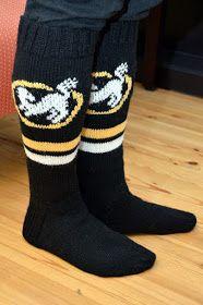 KARDEMUMMAN TALO: Kärppänä paikalla Knitting Socks, Knit Socks, Fluffy Socks, Cool Socks, Diy Crochet, Mittens, Knitwear, Knitting Patterns, Slippers