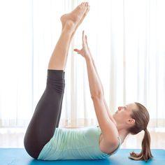Bauchübung für die unteren Bauchmuskeln: Die gestreckten Beine anheben