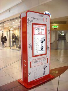 """Totem Multimediale """"Regent Street"""" personalizzato con grafica uv fotorealistica, e completo di Doppio Display 42"""" Full Hd, Pc Windows e software Web Based per l'aggiornamento dei contenuti multimediali. Utilizzato dalla Galleria Commerciale per promuovere Iniziative del Centro e Promozioni Periodiche."""