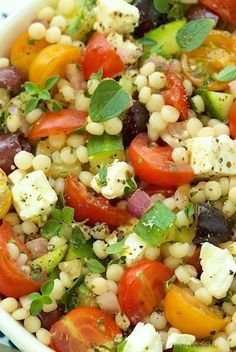 Salade de couscous perlé au fêta, olives Kalamata et tomates cerises :http://roxannecuisine.com/recette/salade-de-couscous-perle-au-feta-olives-kalamata-et-tomates-cerises/