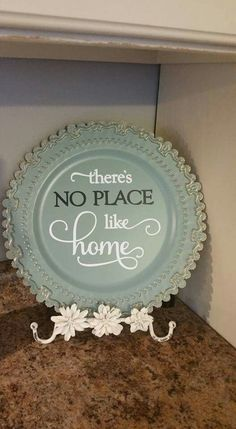 Pretty plate in holder/stand with decal Vinyl Crafts, Vinyl Projects, Diy And Crafts, Craft Projects, Craft Ideas, Decor Crafts, Charger Plate Crafts, Dollar Tree Crafts, Plate Design
