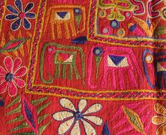 textiles antiques 3 L 123 Beautiful Indian embroidery. Indian Embroidery, Embroidery Fabric, Embroidery Stitches, Embroidery Patterns, Vintage Textiles, Indian Textiles, Textiles Techniques, Quilted Wall Hangings, Fabric Decor