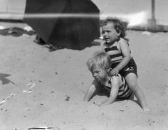 Rare Photos of Norma Jeane (Later Marilyn Monroe) With Her Family on the Beach of Santa Monica in 1929 ~ vintage everyday Marilyn Monroe Children, Young Marilyn Monroe, Joven Marilyn Monroe, Norma Jean Marilyn Monroe, Jane Russell, Clark Gable, Michelle Williams, Santa Monica, Rare Photos