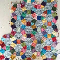 Harika bir çalışma olmuş . . @attysloveforcrochet . . #crochet #haken #ganchillo #virka #crochetdesigns #häkeln #jackschain #crochetquilt #hobimbu #like4like #dekorasyon #likesforlikes #dekoratif #battaniye #sunum #motif