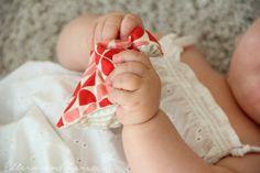 Für die Babys steht zusätzlich ein Korb mit Fühlsäckchen bereit, auch diese sind selbstgemacht. In den Säckchen befinden sich Kirschkerne (wegen ihres schönen Klanges beim Rascheln), Linsen, Dinkel und Reis. Ich nähte die Seiten doppelt zu, damit der Inhalt auf jeden Fall drinnen bleibt.