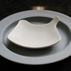 Tori Plate in White by Yumiko iihoshi Pottery Plates, Ceramic Pottery, Ceramic Art, Earthenware, Stoneware, Clay Crafts, Art Crafts, Japanese Ceramics, Ceramic Design