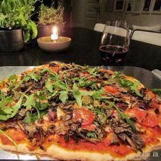 Tycker att hemgjord pizza alltid är godare än köpe men det är ju inte alltid man hinner eller orkar. Bäst tycker jag att degen blir om man gör den minst ett dygn i förväg men ibland kommer man på a… Vegetable Pizza, Vegetables, Food, Essen, Vegetable Recipes, Meals, Yemek, Veggies, Eten