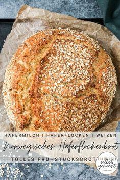 Rezept für ein sehr leckeres und lange satt machendes norwegisches Haferflockenbrot mit Hafermilch, Haferflocken und langer Teigruhe, die das Brot sehr bekömmlich macht. Das Brot hat einen leicht nussigen und süßlichen Geschmack, eine weiche, wattige und saftige Krume und eine knusprige Kruste, die toll nach gerösteten Haferflocken schmeckt. Das perfekte Brot zum Frühstück mit Marmelade, Nutella oder Honig oder als Pausenbrot für Kinder.