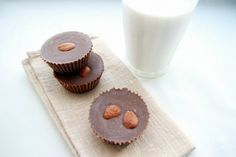 Maitosuklaa ilman maitoa -- mantelinmakuiset superherkullisen näköiset raakasuklaahässäkät