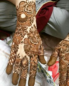 this is very Charming Bold Back Hand Mehndi Design For Brides Khafif Mehndi Design, Latest Arabic Mehndi Designs, Indian Henna Designs, Floral Henna Designs, Back Hand Mehndi Designs, Modern Mehndi Designs, Henna Art Designs, Mehndi Design Pictures, Mehndi Designs For Girls