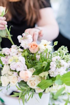 floral workshop hosted by mint and lovely studios featuring organic and sweeping floral arrangements