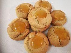 Πιο πολύ μανταρίνι δε γίνεται. Πεντανόστιμα, τραγανά, υγιεινά και πανεύκολα κουλουράκια όλο μανταρίνι που θα λατρέψουν τα παιδιά μας. Μανταρινοκουλουράκια ΥΛΙΚΑ (Για 40-50 κουλουράκια) • 1 κούπα ελαιόλαδο • 1 κούπα φυσικό χυμό μανταρίνι • 1 κούπα ζάχαρη (κατά προτίμηση Greek Sweets, Greek Desserts, Cookie Desserts, Greek Recipes, Fun Desserts, Cookie Bars, Cookie Recipes, Cake Cookies, Cupcake Cakes
