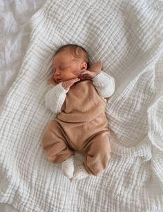 Cute Little Baby, Cute Baby Girl, Little Babies, Cute Babies, Baby Kids, Baby Boy Newborn, 6 Month Baby Picture Ideas, Cute Baby Pictures, Beautiful Pictures