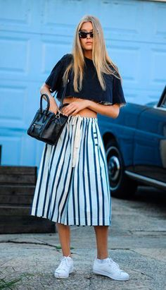 Street style look com cropped, calça culotte e tênis branco.