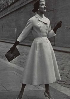 vintage photos : vintage coat ^ Completely agree, that is how i see it as well. Moda Vintage, Vintage Mode, 50s Vintage, Vintage Woman, Vintage Dior, Vintage Couture, Vintage Paris, Wedding Vintage, Vintage Travel