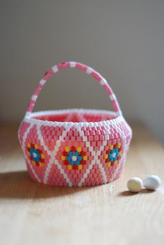 Easter Candy basket in pink. HEJSAN GOODS. Beaded Boxes, Beaded Purses, Bead Crafts, Diy And Crafts, Arts And Crafts, Easter Candy, Perler Patterns, Loom Weaving, Brick Stitch