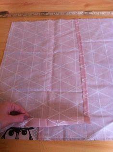 I går brukte jeg resten av stoffet jeg kjøpte til Linnea sine gardiner til å lage puter. Så da tenkte jeg å legge ut fremgangsmåten her til...