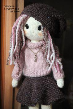 Una muñequita preparada para el invierno. Crochet Hats, Fashion, Winter, Little Cottages, Creativity, Crocheting, Knitting Hats, Moda, Fashion Styles