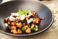 Ein einfaches Rezept für Schwarzer Reis (RisoVenere)Salat mit Mango und Apfel. Dazu Kokosflocken, Cashew-Nüsse, Limonensaft, Chilischote und Minzblätter.