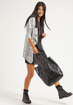 #Cardigan mit Musterung - Schöner Cardigan in Grau von New Look. Diese #Strickjacke ist ein toller Hingucker und lässt sich prima kombinieren. - ab 29,95€
