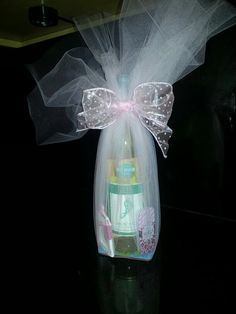 Game prize for a baby shower. Barefoot Wine (it has a footprint on it that loo. - Game prize for a baby shower. Barefoot Wine (it has a footprint on it that looks like a baby's) - Baby Shower Game Prizes, Fun Baby Shower Games, Baby Shower Favors, Shower Party, Baby Shower Gifts, Baby Showers Juegos, Mini Picture Frames, Shower Time, Baby Shower Gender Reveal