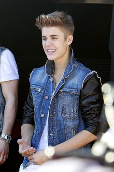 "Justin Bieber Photo - Justin Bieber sings for his fans outside the ""Tonight Show with Jay Leno"""