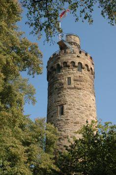 Die Heuchelberger Warte ist ein ehemaliger Wachturm im HeilbronnerLand , der heute als Aussichtsturm dient. Er liegt an der östlichen Spitze des Höhenzugs Heuchelberg und ermöglicht einen Ausblick über weite Teile des württembergischen Unterlands.  Der schlanke, runde Turm wurde 1483 unter dem württembergischen Grafen Eberhard im Bart gebaut.