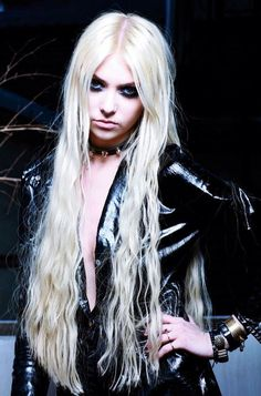 Taylor Momsen. That collar gives me chills.