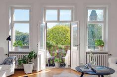 incantevole appartamento a Goteborg Black Interior Design, Nordic Interior, Interior Styling, Interior Decorating, Scandinavian Interiors, Living Room Lighting, Humble Abode, Interiores Design, My Dream Home