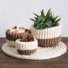 Create a set of nesting baskets to hold containers of your favorite things! Easy project for loom knitters. All you'll need is jumbo weight yarn: Red Heart Looms Loom tool Yarn needle One sheet of craft felt in coordinating color Scissors Fabric glue Round Loom Knitting, Loom Knitting Stitches, Knifty Knitter, Loom Knitting Projects, Finger Knitting, Yarn Projects, Knitting Ideas, Crochet Projects, Sewing Projects
