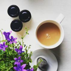 Știai că ceaiul negru e o sursă ultra-bogată de antioxidanți? 🌿☕🌿 .  Consumat intern (eu îl beau cu o țârică de lapte de ovăz pentru a-i scoate în evidență nuanțele gustului) sau aplicat extern — pulverizat pe ten sau un pliculeț rămas după infuzare, răcit și aplicat pe zona ochilor — ceaiul negru hidratează , îmbunătățește tonusul pielii, ajută la purificarea tenului în cazul ancneei și, cel mai important, combate radicalii liberi ce duc la îmbătrânirea epidermei. 💪 .  Are o concentrație…