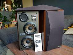 Bose St300 Studiocraft .vintage. 90's.Legendary.icon.Wood....  Fantastisch uitziende top speakers van Bose(studiocraft) type st300.De luidsprekers klinken geweldig zeer gedetailleerd open en helder met natuurlijk een lekker bas ..Alles waar Bose om bekend staat.Een mooi design met de dubbele woofers en Tweeter overload. Dit staat garant voor veel luister genot.De kasten verkeren in zeer goede staat mooi houtkleur met nerf..( walnut )de units zijn als nieuw zie foto's de close up's.Het…