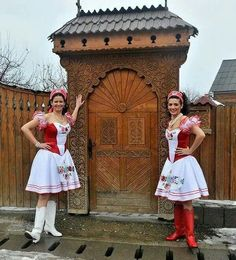 Hungarian beauties by wooden door. Folklore, Hungarian Women, Folk Costume, Traditional Dresses, White Dress, How To Wear, Pictures, Pink, Beautiful