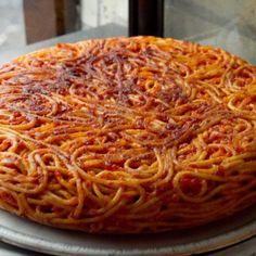 """Frittata di pasta: piatto 'povero' ma gustoso La frittata di pasta, """" frittat' e maccarun """" è un piatto di recupero tipico del sud ma che trae le sue origini dalla tradizione napoletana…"""