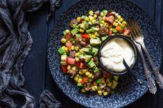 Салат с кукурузой, авокадо, помидором и маринованными грибами